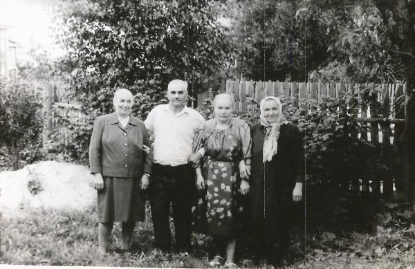 Ветеран войны Александр Алексеевич Хлебянкин (1918 - 1998) с сестрами Марией, Зоей, Антониной (труж.тыла)