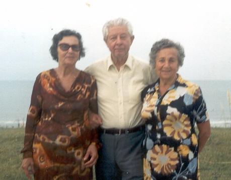 Л.Н. Савинский с Ниной Дмитриевной и ее сестрой Марией (справа)