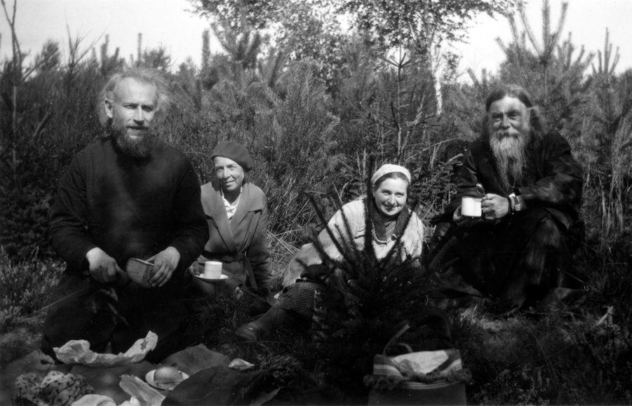Супруги Васнецовы с Епископом Сергием (Королёвым) в лесу, начало 1930-х годов.