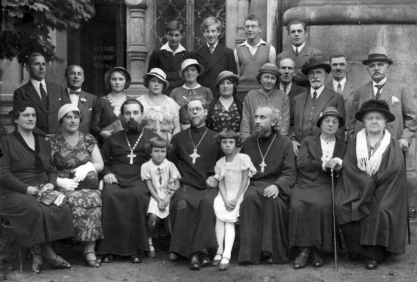 Карловы Вары, начало 1930 х годов.  Отец Михаил сидит в первом ряду (третий справа).  За ним стоит матушка Ольга Васильевна, в третьем ряду второй слева — Виктор, сын отца Михаила. Четвёртая слева во втором ряду (в белой одежде) Ариадна Николаевна Рыжкова.