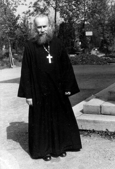 Конец 1930-х годов, Рядом с храмом Успения Пресвятой Богородицы на Ольшанах в Праге.