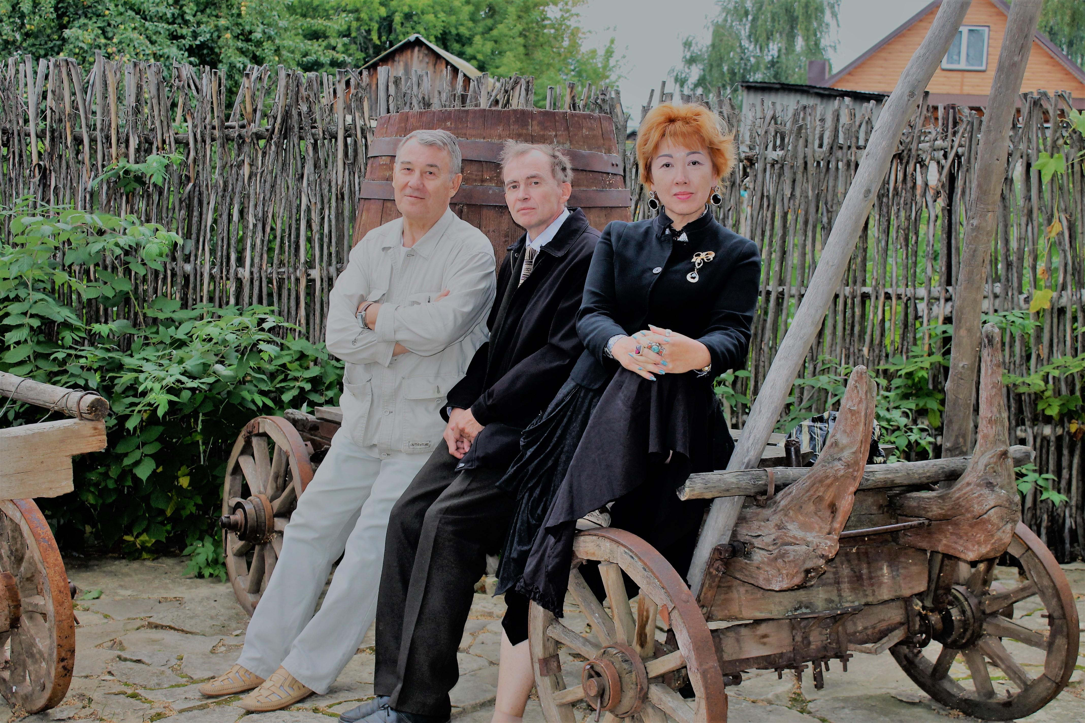 Во дворике музея Портомойня поэты лауреаты Цветаевской премии Николай Алешков Евгений Эрастов Диана Кан