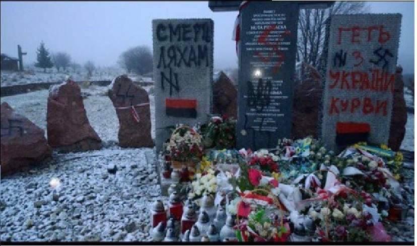 Осквернённый бандеровцами униатами памятник в Гуте-Пеняцкой (Львовская область)