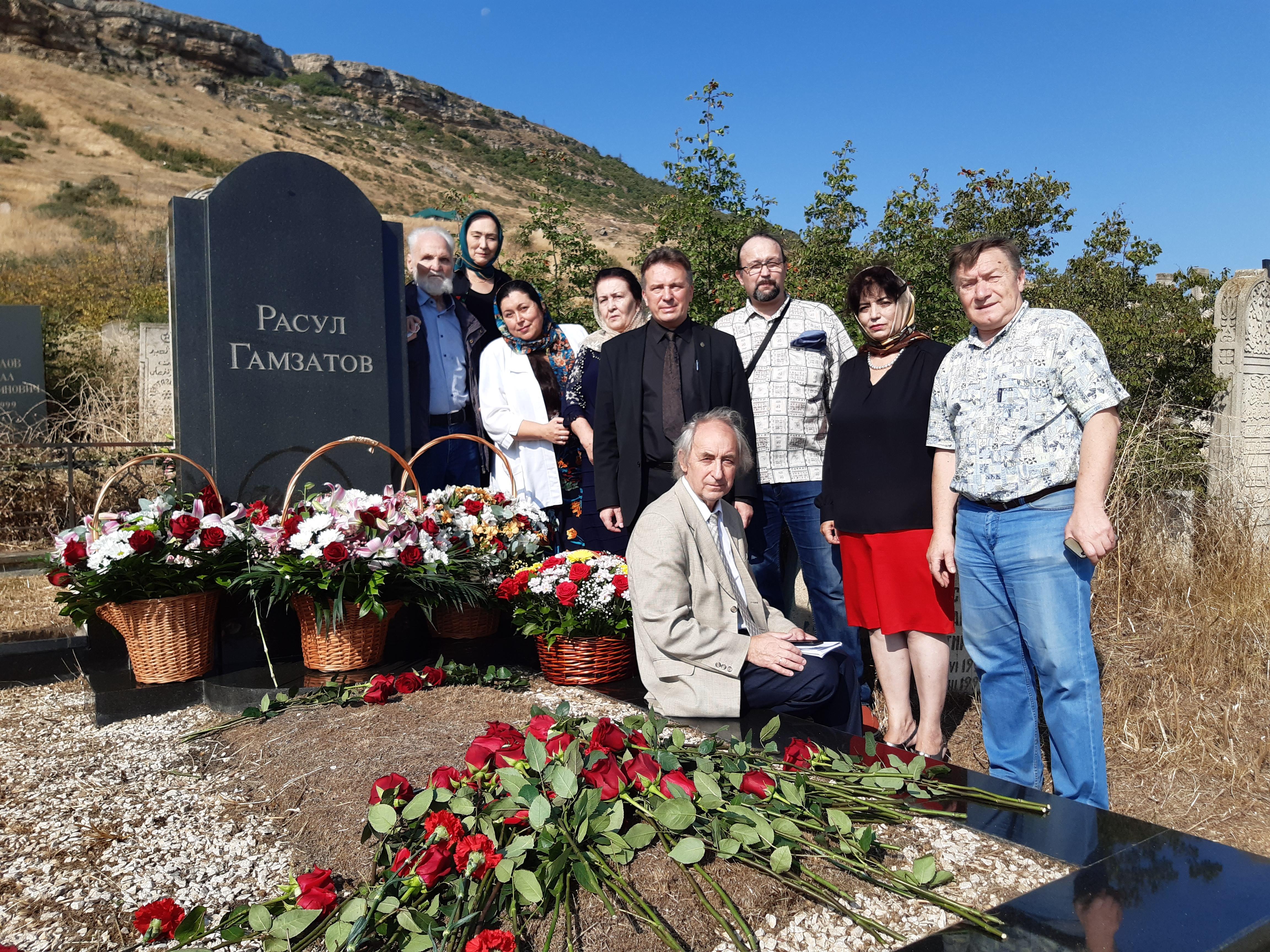 """Гости фестиваля """"Белые журавли"""" возле могилы Расула Гамзатова"""