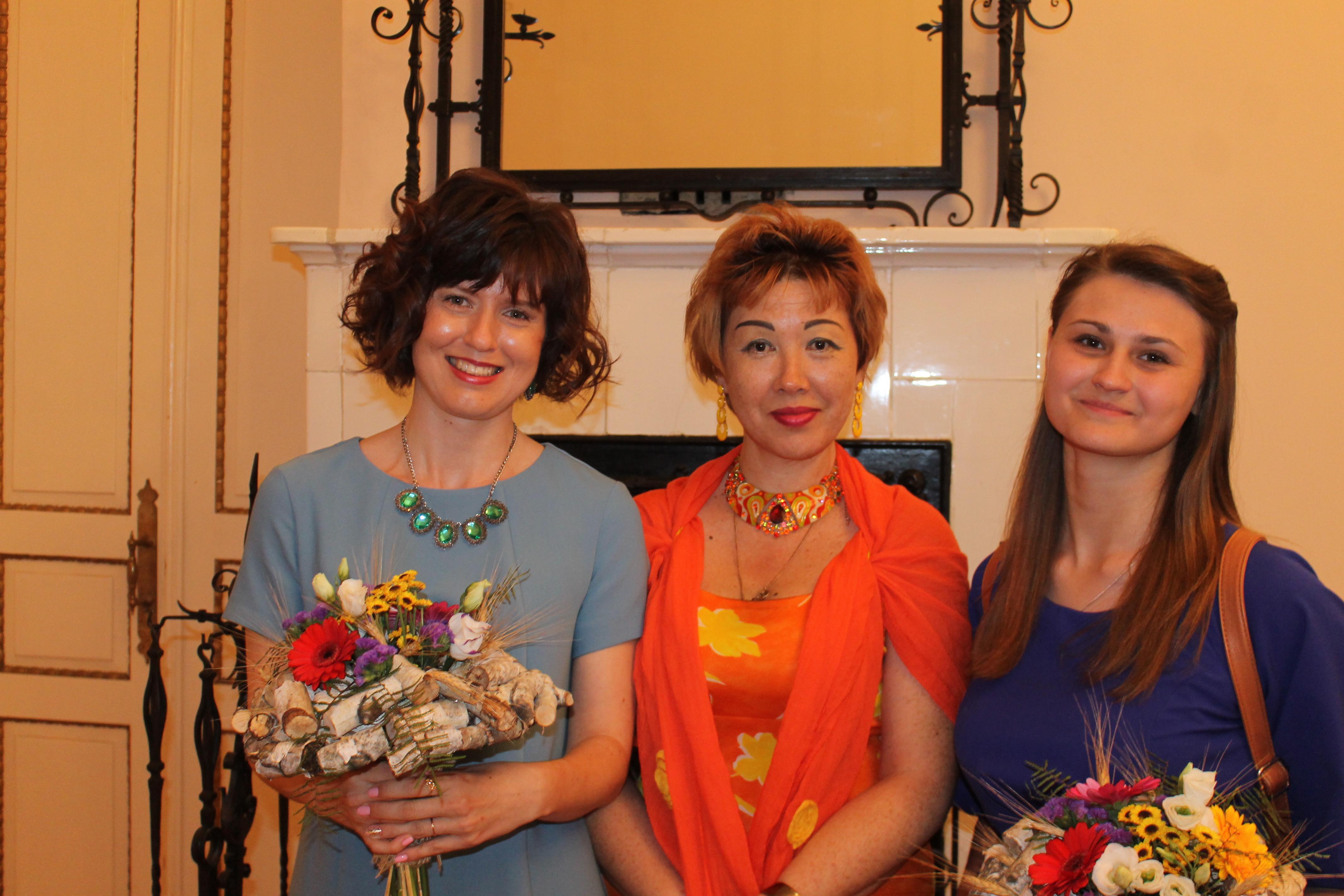 Диана Кан со своими ученицами новоиспечёнными лауреатами Ириной Лавриной и Витой Куделиной