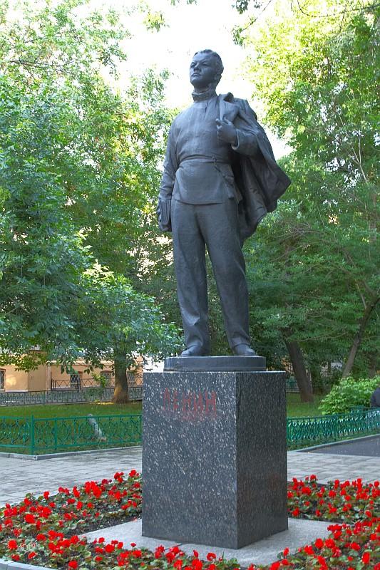 Памятник Володе Ульянову в Москве на улице Огородная Слобода