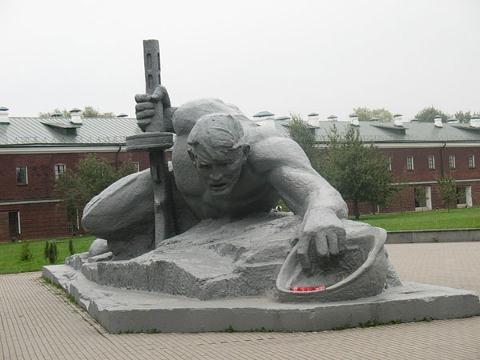 Памятник умиравшим от жажды красноармейцам.