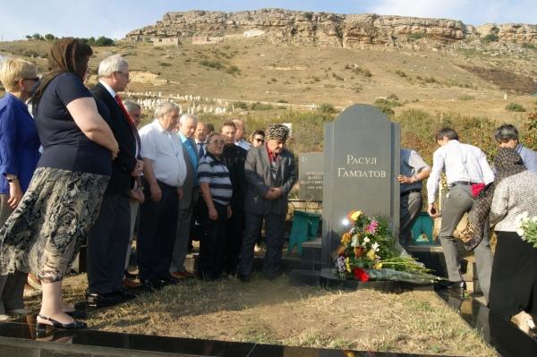 На могиле Расула ГАМЗАТОВА