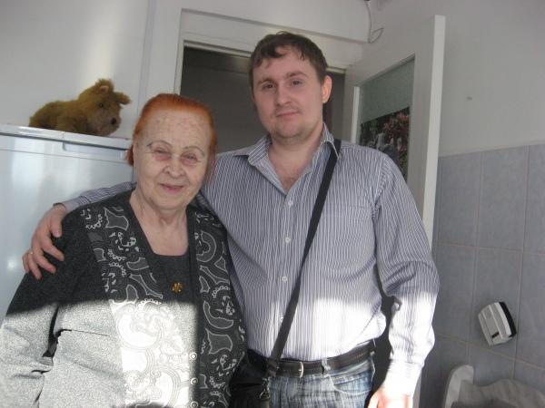 Мария Яковлевна зовёт меня за стол и вместе со своей соседкой рассказывает о жизни в Нежинском Доме Ветеранов. Кормят досыта, поят чаем. Пенсию свою (75%) они отдают государству, остальную часть расходуют сами. Могут накопить и уехать отдыхать подальше, а могут выйти в ближайший магазин и подсластить нутро так сказать. Развлекают стариков разные коллективы, есть и кинотеатр, библиотека, актовый зал. Можно летом работать на участке и вырастить урожай. Рабочий персонал очень большой, скучать здесь не приходится. Главное оповестить пост, когда собираешься прогуляться. А так – свободно выходи и гуляй по кафе и паркам.