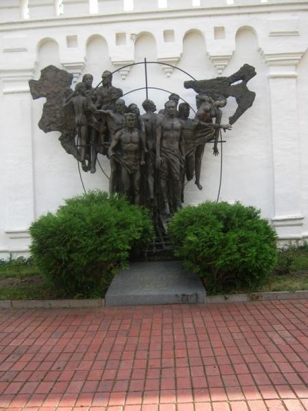 Спасо-Преображенский монастырь. Памятник замученным фашистами советским людям