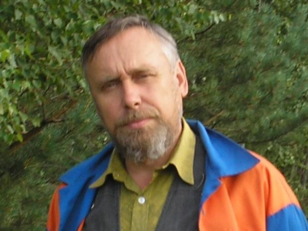 Знакомьтесь, Сергей Марнов — историк, писатель, многодетный отец-усыновитель. Сергей Дмитриевич любезно согласился ответить на вопросы, несмотря на то, что в его доме появился седьмой ребёнок —  маленькая приёмная девочка, и он сейчас невероятно занят.