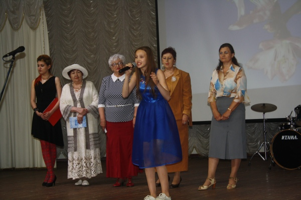 Поэтесса Виктория Иванова выступает на празднике День литературы