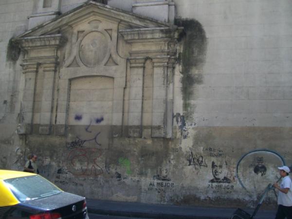 Вид монастырской стены со стороны улицы Сан Мартин