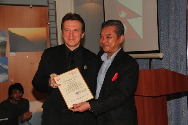 Чрезвычайный и Полномочный Посол Непала В РФ господин  Сурья Киран ГУРУНГ вручает Ивану ГОЛУБНИЧЕМУ Почётную грамоту.
