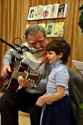Юбиляр познакомил взрослую аудиторию со своими сочинениями для детей, исполнив несколько песенок, две их них – со своей внучкой Викторией.
