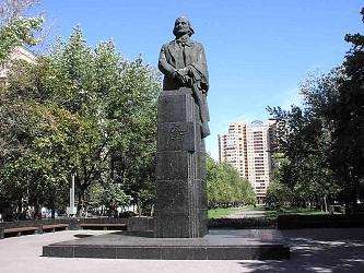 Конечно, в летние погожие дни памятник Николаю Васильевичу, установленный на берегу его любимого Днепра, выглядит, совсем иначе, но, погоду не выбирают – она выбирает нас…