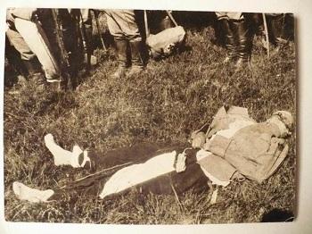 Редкая фотография, запечатлевшая тело Петра Нестерова сразу же  после падения. На фото отчетливо видно отсутствие летных башмаков и шлема, видны вывернутые карманы и расстегнутый летный френч…