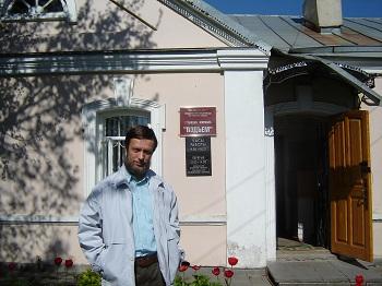Вячеслав Лютый возле редакции журнала Подъём