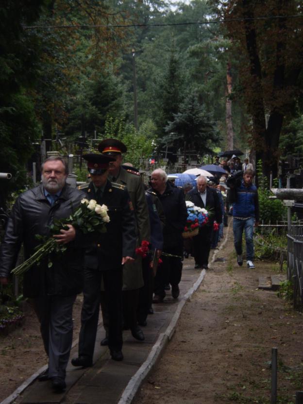 К могиле Петра Нестерова в этот день, действительно, не зарастала народная тропа уважения