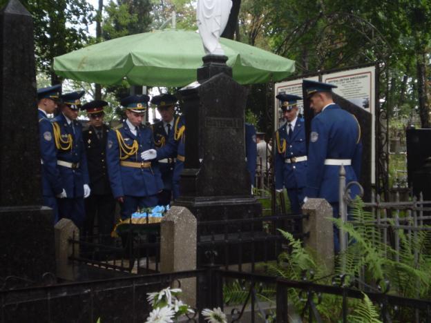 У могилы Петра Нестерова