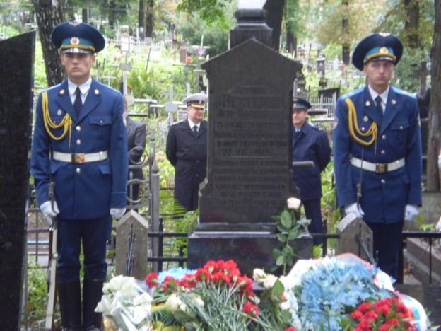 После возложение венков от Министерства обороны Украины и Российской дипломатической миссии и Россотрудничества, сотни цветов легли к надгробному памятнику покорителю неба