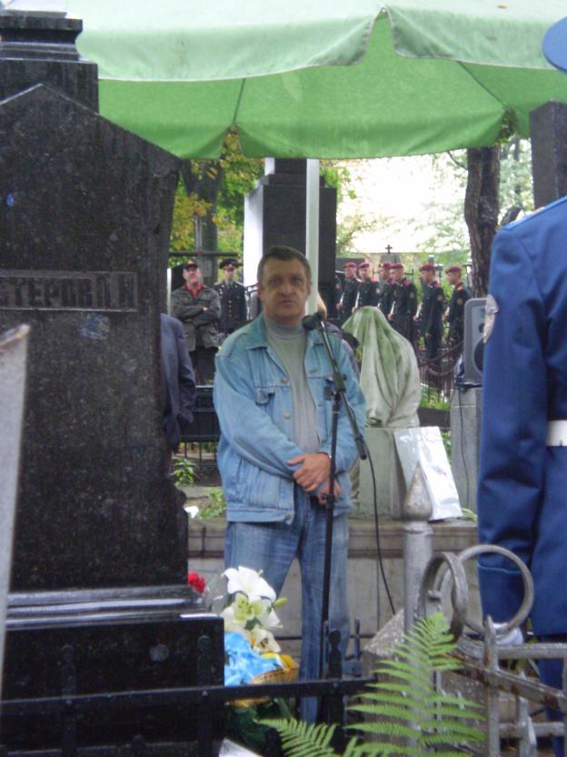 Сергей Смолянников в момент выступления на могиле Петра Нестерова объявляет о предложении открыть «Год Петра Нестерова»